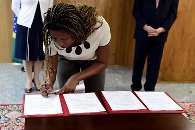 A representante interina da ONU Mulheres Brasil, Ana Carolina Querino, assina memorando de entendimento para a promoção de ações de igualdade de gênero no STJ.